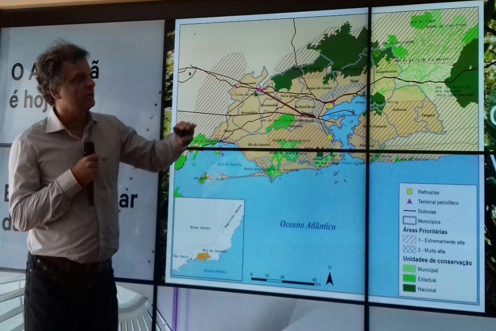 Scarano mostra mapa com cobertura florestal na região metropolitana do Rio. Foto: Duda Menegassi.