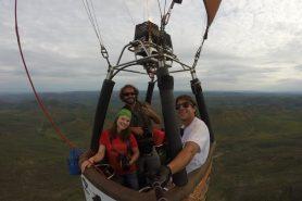 Natacha Sobanski (Fundação Grupo Boticário), André Dib (fotográfo da Expedição) e Filipe Tostes (piloto de balão) sobrevoam a Reserva Natural Serra do Tombador. Foto: Filipe Tostes.