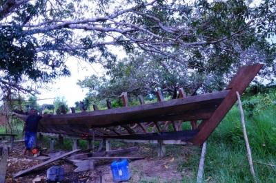 Em construção pela comunidade, esta embarcação é feita de itaúba a partir de ensinamentos passados de pai para filho. A madeira é usada pelos locais e, também, explorada pelas madeireiras. Foto: Ítala Nepomuceno/MPF (jul. 2015).