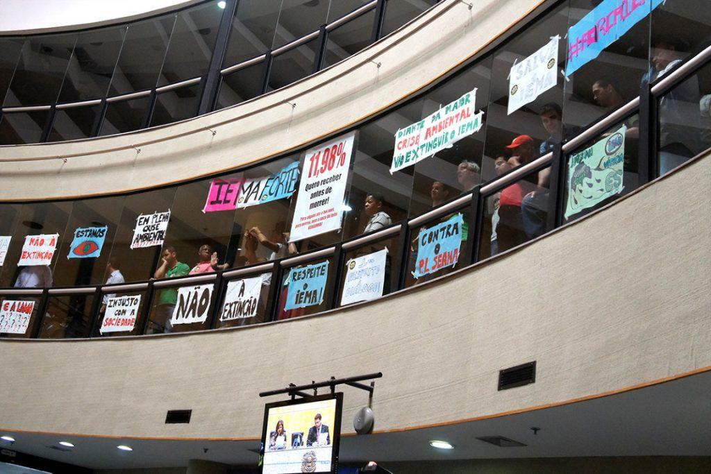 Protesto contra a extinção do IEMA ocorridos na tarde desta terça-feira, no plenário da Assembleia Legislativa. Foto: Tati Beling/ALES.