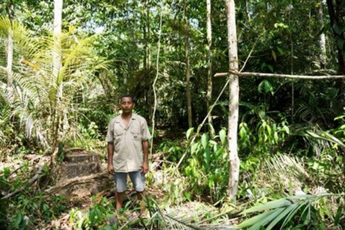 Ribeirinho Nivaldo Oliveira de Jesus, morador da comunidade do Acari, ao lado do mutá onde comunitários costumavam caçar. Foto: Maurício Torres, set. 2015/MPF.