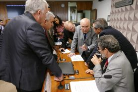 Deputados e senadores acertam os últimos detalhes do relatório da MP 758 antes da votação simbólica. Na foto, deputado Josué Bengtson (PTB-PA); senador Flexa Ribeiro (PSDB-PA); relator José Reinaldo (PSB-MA) e senador Paulo Rocha (PT-PA). Foto: Roque de Sá/Agência Senado.