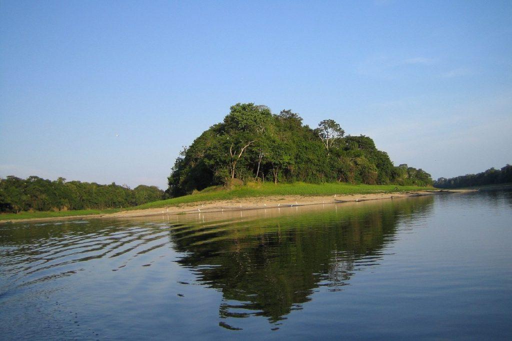 Pescadores usam botes para estender redes no interior de Mamirauá. Foto: Alex Chaffee/Flickr.