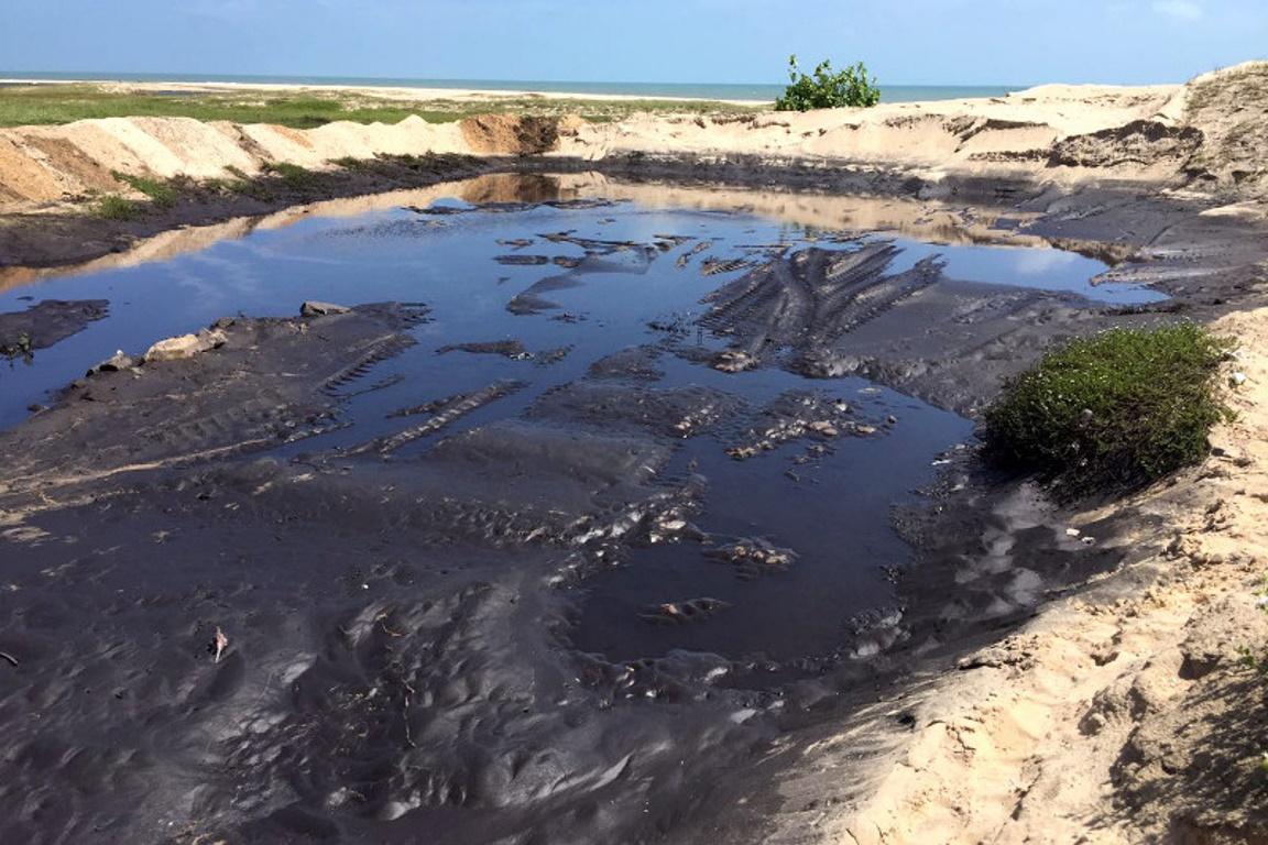 Carvão lançado ao mar na Praia do Pecém, em São Gonçalo do Amarante (CE). Foto: Ibama