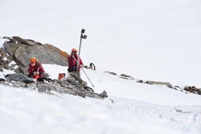Montagem das câmeras. Estratégia para fugir do frio extremo e escuridão da Antártida. Crédito: T. Hart.