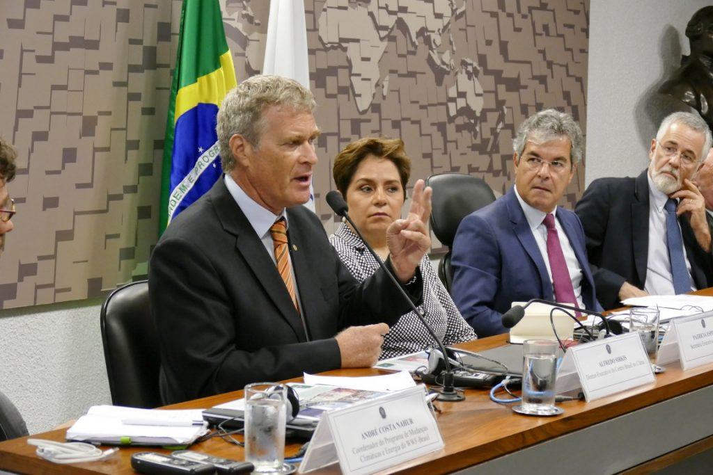 Alfredo Sirkis fala, observado por Patricia Espinosa, pelo senador Jorge Viana e pelo embaixador José Antonio Marcondes. Foto: Roque Sá/Agência Senado.