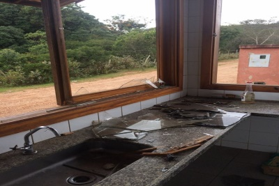 Floresta Estadual do Uaimií - Vidros das janelas quebrados. Foto: Amda/Facebook.