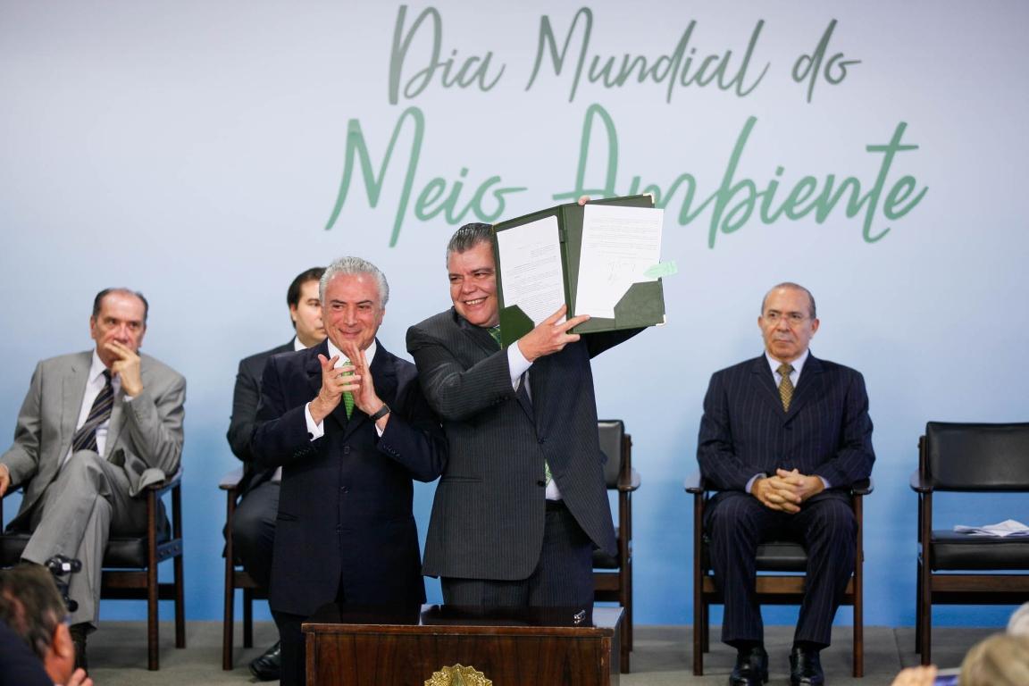 Vale o que está escrito: a assinatura do presidente ampliando áreas protegidas. Foto: Gilberto Soares/MMA.