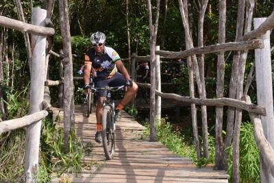 O ciclista Wesley Bernardes da Silva, passando sobre o maior e mais impressionante dos pontilhões. Foto: Renato Guariba/ICMBio.
