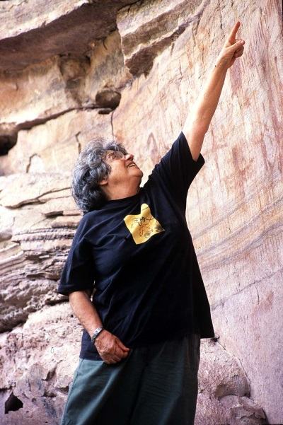 Dra. Niède Guidon frente às pinturas rupestres. Foto: André Pessoa.