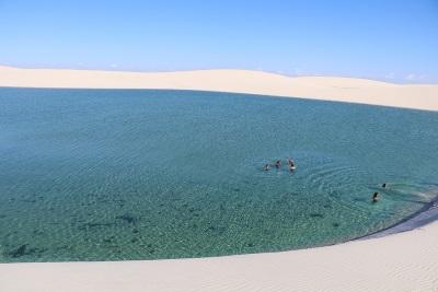 O mergulho nas águas de chuva da Lagoa do Cristalino. Foto: Duda Menegassi.