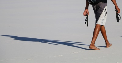 Na travessia dos Lençóis Maranhenses, esqueça as botas. O caminho é feito a pé ou de chinelo. Foto: Duda Menegassi.