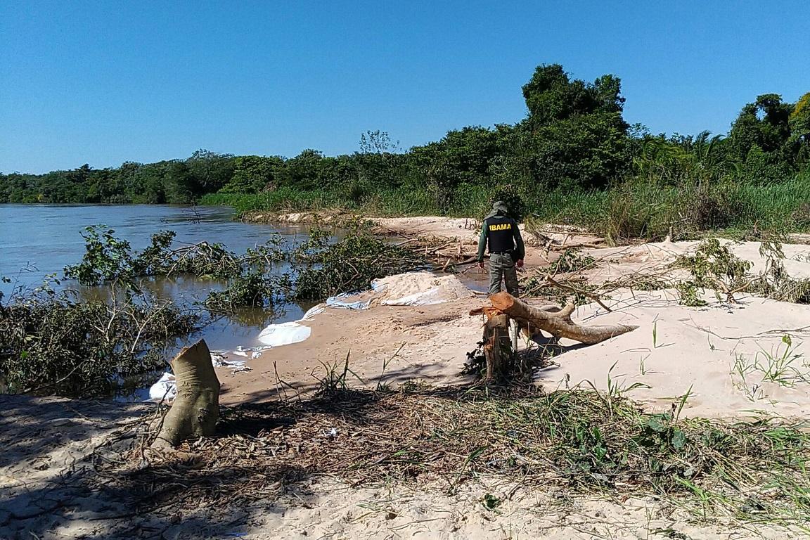 Canal tem mais de 40 km de extensão e foi fechado sem licenciamento ambiental para impedir que campos de pastagem sejam inundados. Foto: Ibama.