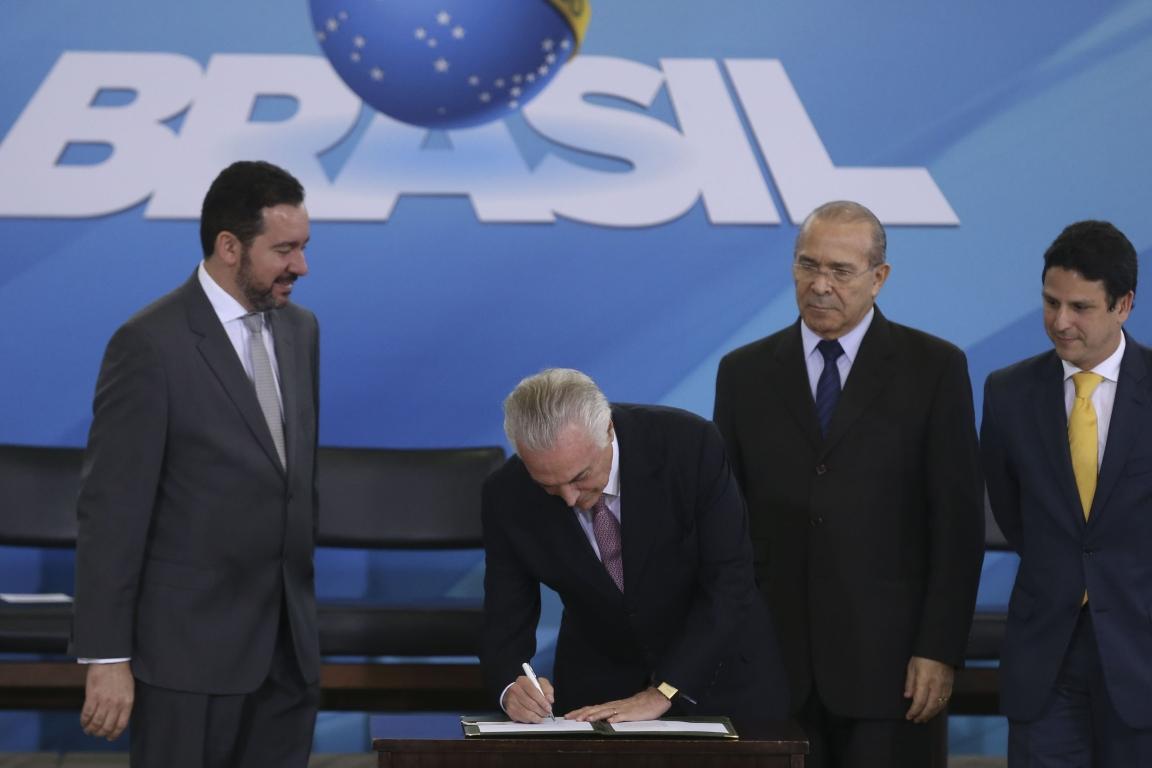 O presidente Michel Temer sanciona a MP 759. Foto: Valter Campanato/Agência Brasil.