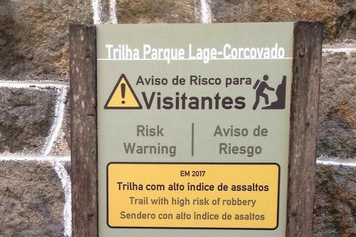 Destaque para mensagem da placa, que alerta sobre risco de assalto na trilha. Foto: Adriano Melo.