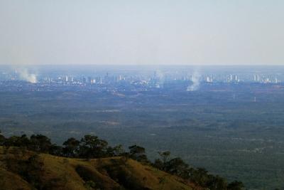 As fumaças próximas à Cuiabá indicam focos de incêndio. Foto: Duda Menegassi.