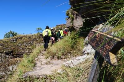 A seta aponta o caminho para o alto do Morro de São Jerônimo, para cima e avante! Foto: Duda Menegassi.