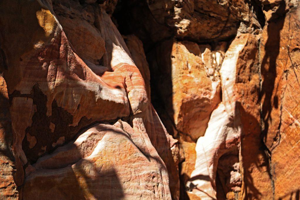Estratificação das rochas sedimentares marca o tempo da formação da Chapada dos Guimarães. Foto: Duda Menegassi.