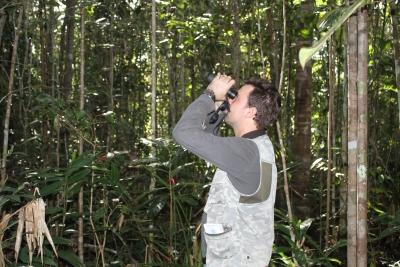 O pesquisador José Carlos Morante-Filho realizando a amostragem de aves dentro de um remanescente florestal. Foto: Divulgação.