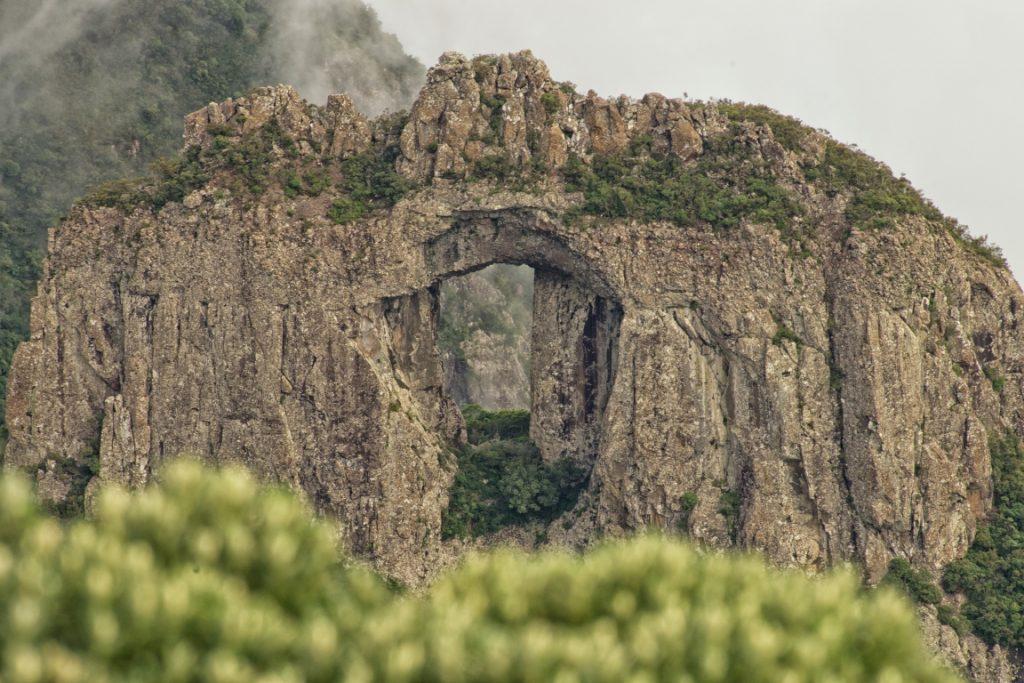 Morro da Igreja e Pedra Furada no Parque Nacional de São Joaquim. Foto: Otávio Nogueira/Flickr.