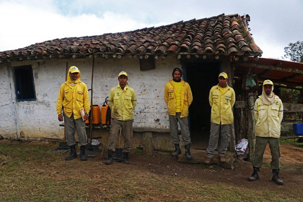 Os brigadistas de plantão nos Currais, um dos abrigos da travessia. Foto: Duda Menegassi.