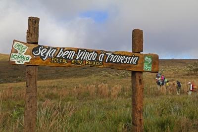 Placa que marca o início da travessia, em Alto Palácio. Foto: Duda Menegassi.