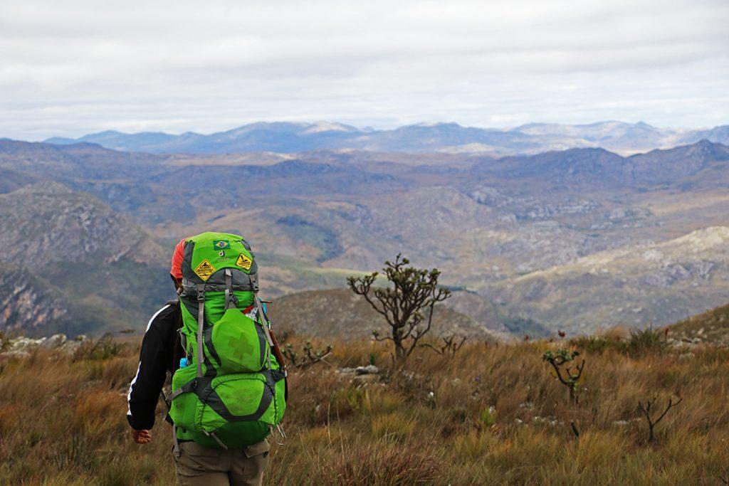 O guia Bruno lidera o grupo na travessia por entre os horizontes de montanha. Foto: Duda Menegassi.