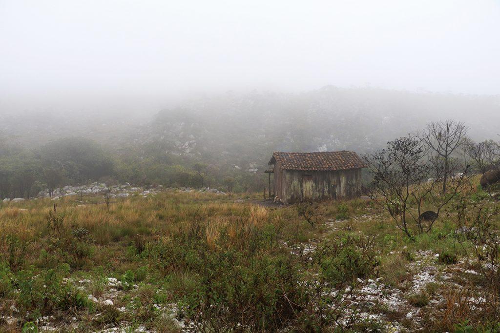 A Casa de Tábuas, abrigo do primeiro pernoite, envolta na névoa matinal. Foto: Duda Menegassi.
