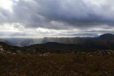 Fechos de luz cortam as nuvens e trazem ares divinos ao dia nublado. Foto: Duda Menegassi.