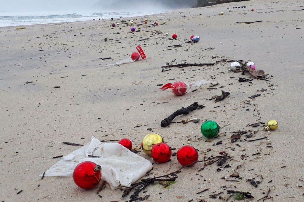 Rastro de lixo na praia. Foto: Divulgação.