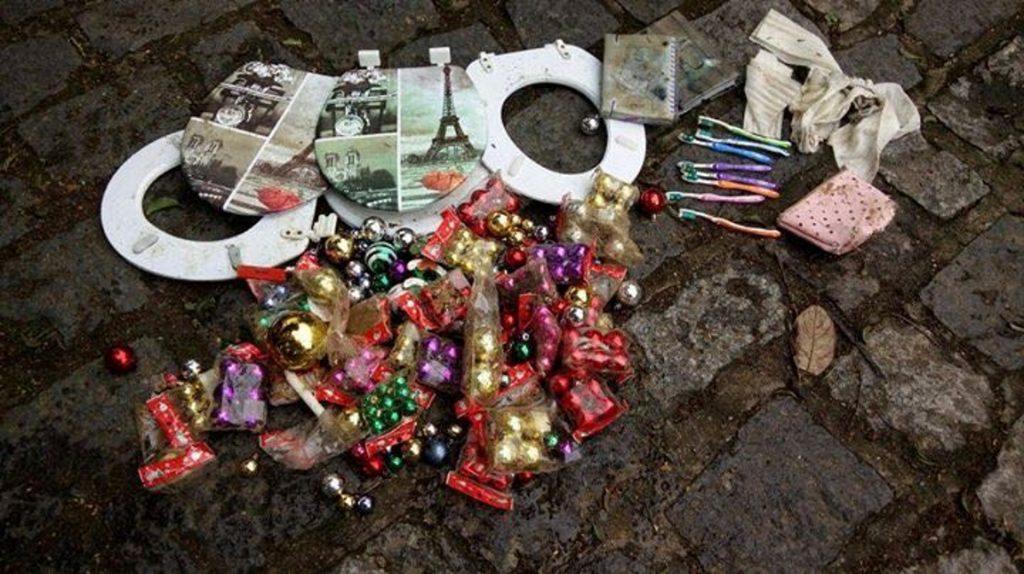 Bolinhas de natal, escovas de dente e tampas de privada fazem parte do resíduo que caiu no mar. Foto: Divulgação.