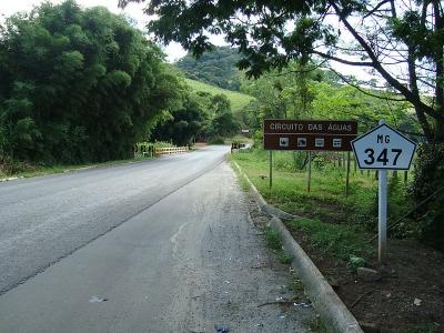 Trecho da rodovia MG-347, que é uma das principais vias de acesso aos municípios do circuito das Águas. Foto: Wikipédia.