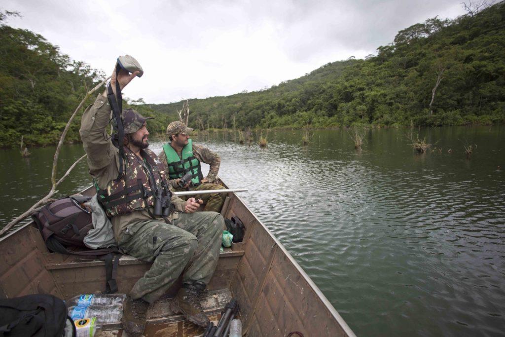 Em busca do gavião de penacho no Vale do Rio Araguari. Acima, os pesquisadores Giancarlo Zorzin e Rodrigo Guimarães Armond. Foto: Divulgação.