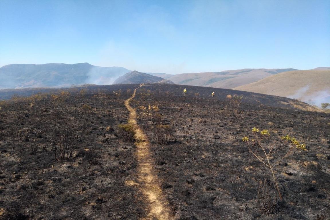 O incêndio, no Parque Estadual da Serra do Papagaio, em Minas Gerais, já ocasionou um dano sem possibilidade de mensuração. Foto: Parque Estadual da Serra do Papagaio/Divulgação.