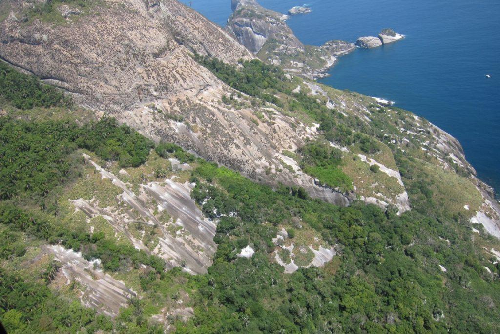 A ilha de Alcatrazes tem 135 hectares e atinge 266 metros no Pico do Oratório. Foto: Daniele Bragança.
