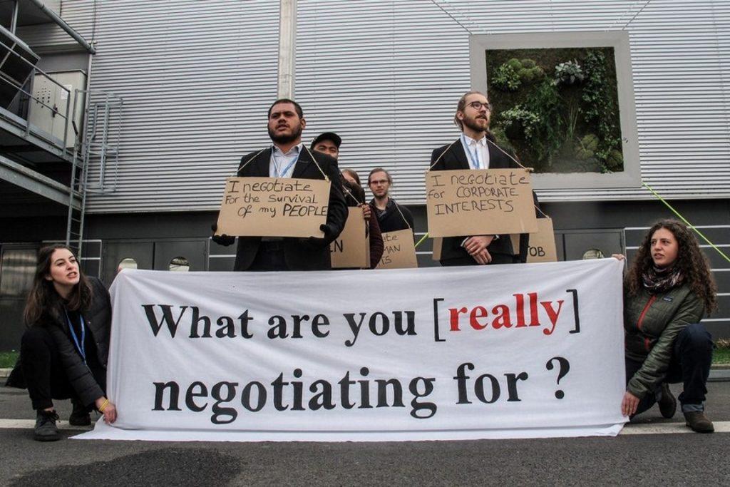 Sociedade civil protesta contra lentidão e falta de decisões em temas estratégicos na COP21. Foto: Joel Lukhovi | Survival Media Agency.