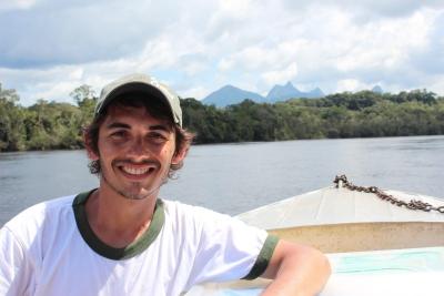 O taxonomista Domingos Cardoso, da Universidade Federal da Bahia, durante expedição de pesquisa botânica ao Alto Rio Negro em São Gabriel da Cachoeira. Crédito: Ricardo Azoury.