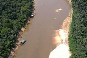 Quatro balsas de garimpo foram destruídas na ação. Foto: Divulgação.