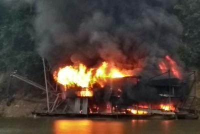 Balsas pegando fogo após ação do Exército e do Ibama. Foto: Divulgação.