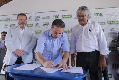 Assinatura do decreto que tornou o Mutum-de-alagoas (Pauxi mitu) ave-símbolo de Alagoas. Foto: Ascom/AL.
