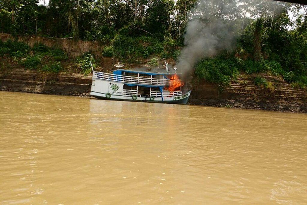 Barco do ICMBio pegando fogo. Foto: Divulgação.