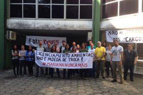 Faixas de protesto contra indicações políticas para a coordenadoria regional. Foto: Divulgação.