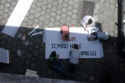 Servidores pintam faixas contra indicações. Foto: Divulgação.
