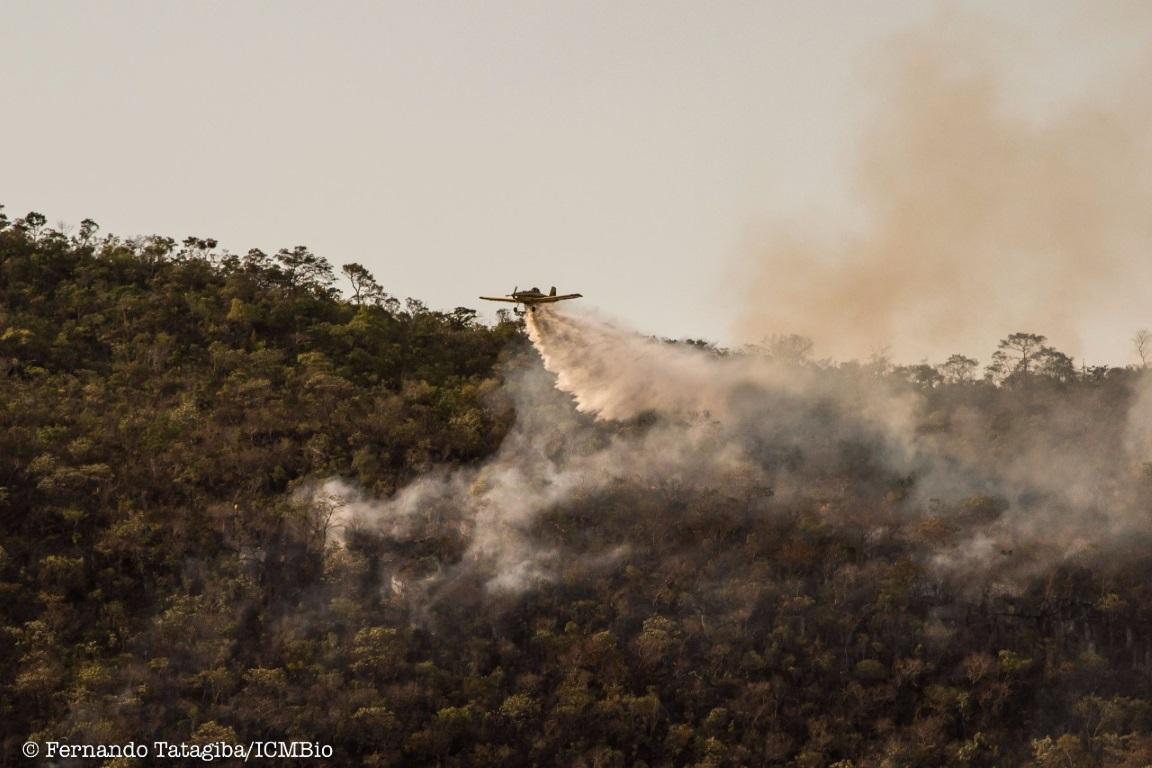 Aviões com água combatendo o fogo. Foto:Fernando Tatagiba.