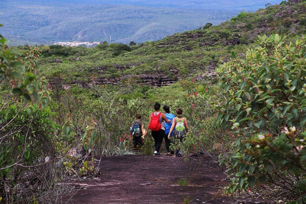 No trecho final da trilha, a descida com a cidade de Lençóis no horizonte. Foto: Duda Menegassi.