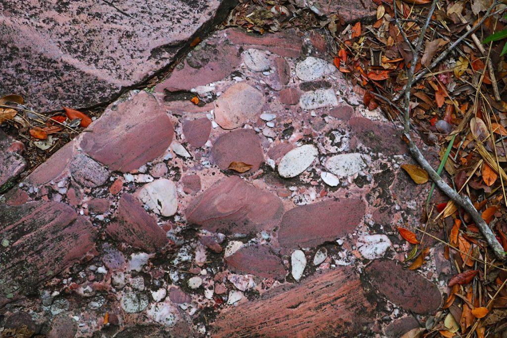 Conglomerado, rochas formadas a partir da fundição com outras pedras menores. Foto: Duda Menegassi.