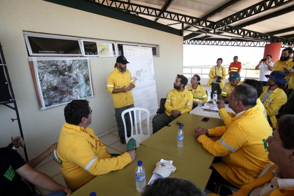 Ministro se reúne com o brigadistas e autoridades do Ibama e ICMBio. Foto: Paulo de Araújo/MMA.