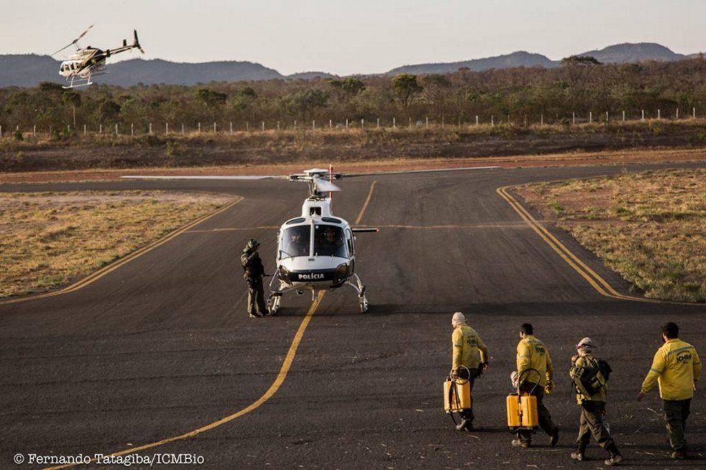 Helicóptero da polícia de Goiás ajuda no transporte de brigadistas em Veadeiros. Foto: Foto Fernando Tatagiba/ICMBio.