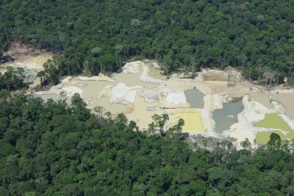 Garimpo de ouro nas imediações da Floresta Nacional do Amapá. Vinte e sete atividades ilegais foram identificadas no estudo. Crédito: Érico Kauano.