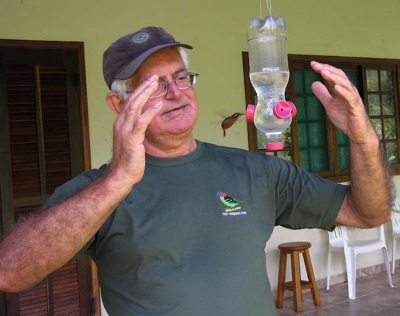 A delicadeza do gesto protetor do Seu Jonas com o pequeno rabo-branco-rubro (Phaethornis ruber). Foto: Tietta Pivatto.